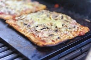 Pizza med champignon lavet på grill