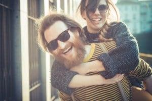 Et par hipstere med solbriller og langt skæg