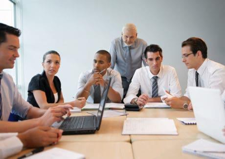 Advokater arbejder i mødelokale