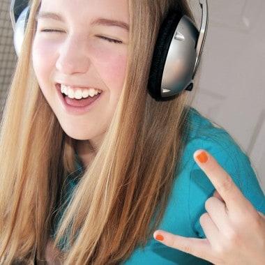 pige med høretelefoner på