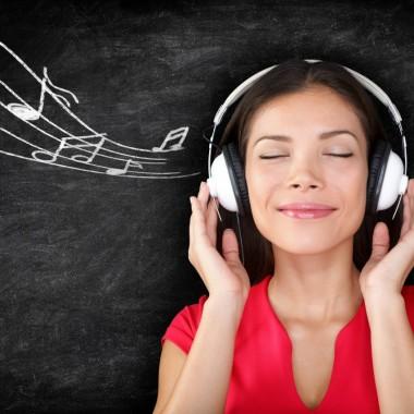 Kvinde lytter til musik i høretelefoner - streaming