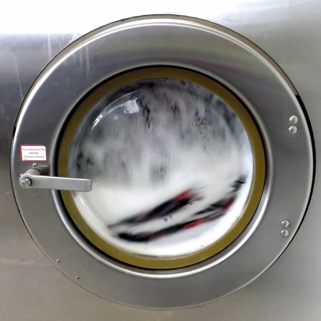 Vasekmaskine i gang med at vaske - fyldt med skum